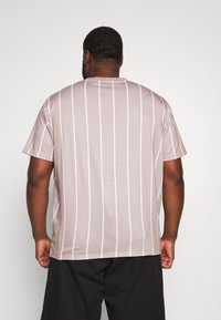 Projekts NYC - HARROW SIGNATURE IN CAMO - T-shirt print - dark sand - 2