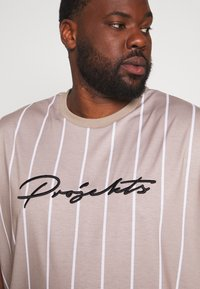 Projekts NYC - HARROW SIGNATURE IN CAMO - T-shirt print - dark sand - 4