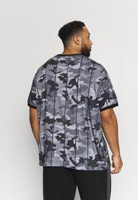 Projekts NYC - HARROW SIGNATURE IN CAMO - Print T-shirt - grey - 2