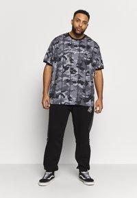 Projekts NYC - HARROW SIGNATURE IN CAMO - Print T-shirt - grey - 1