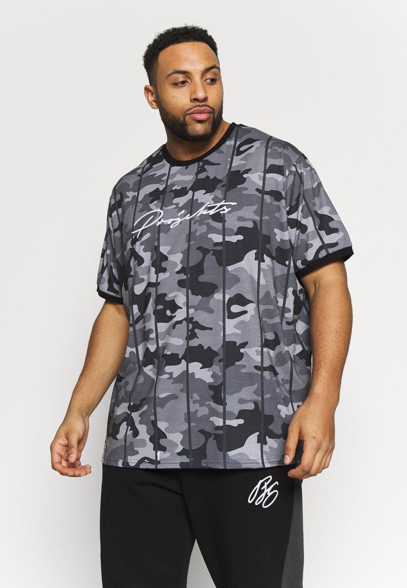 Projekts NYC - HARROW SIGNATURE IN CAMO - Print T-shirt - grey