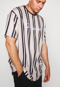 Projekts NYC - NYC STRIPED MCRAE T-SHIRT - Print T-shirt - stone - 5