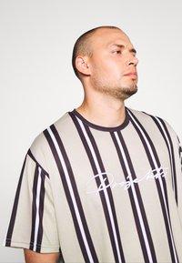 Projekts NYC - NYC STRIPED MCRAE T-SHIRT - Print T-shirt - stone - 3