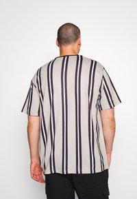 Projekts NYC - NYC STRIPED MCRAE T-SHIRT - Print T-shirt - stone - 2
