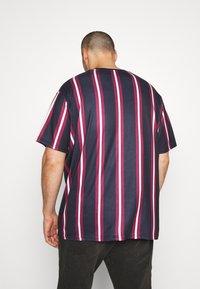 Projekts NYC - NYC STRIPED MCRAE T-SHIRT - Print T-shirt - navy - 2