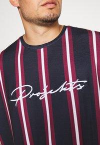 Projekts NYC - NYC STRIPED MCRAE T-SHIRT - Print T-shirt - navy - 4