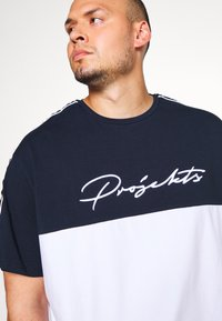Projekts NYC - PROJEKTS NYC ASTOR COLOUR BLOCK - Print T-shirt - navy - 4