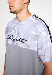 Projekts NYC - RIDGE CAMO PANEL - Print T-shirt - grey - 5