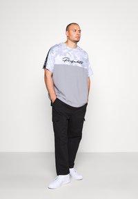 Projekts NYC - RIDGE CAMO PANEL - Print T-shirt - grey - 1