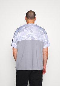 Projekts NYC - RIDGE CAMO PANEL - Print T-shirt - grey - 2