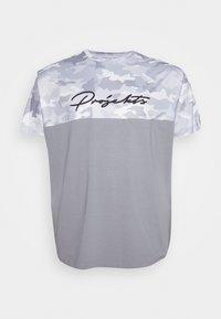 Projekts NYC - RIDGE CAMO PANEL - Print T-shirt - grey - 4