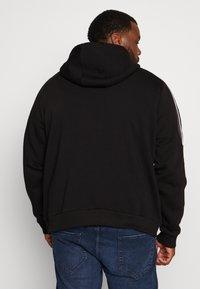 Projekts NYC - MCKINNON ZIP THROUGH TAPED HOODIE - Zip-up hoodie - black - 2