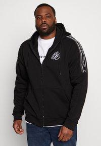 Projekts NYC - MCKINNON ZIP THROUGH TAPED HOODIE - Zip-up hoodie - black - 0
