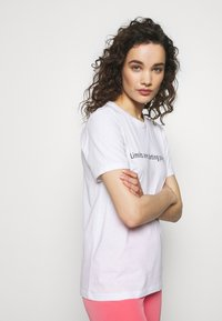 Progetto Quid - T-shirt med print - white - 3