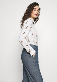 Progetto Quid - TROUSERS  - Flared Jeans - light denim - 3