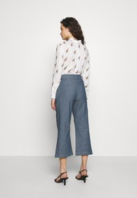 Progetto Quid - TROUSERS  - Flared Jeans - light denim - 2
