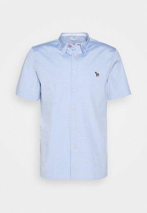 MENS CASUAL FIT BADGE - Shirt - light blue