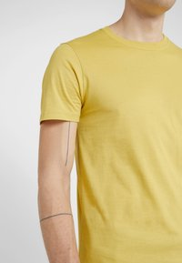PS Paul Smith - Basic T-shirt - yellow - 5