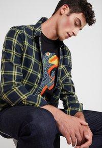 PS Paul Smith - REGULAR FIT DINO - Camiseta estampada - black - 4