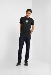PS Paul Smith - MENS SLIM FIT TSHIRT CLOUD ZEBRA - T-shirt z nadrukiem - black - 1