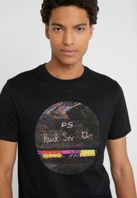 PS Paul Smith - SLIM FIT INTERFEARENCE - T-shirt z nadrukiem - black - 4