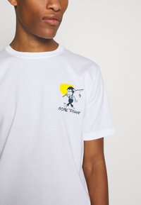 PS Paul Smith - MENS REG FIT GONE FISHING - T-shirts med print - white - 3