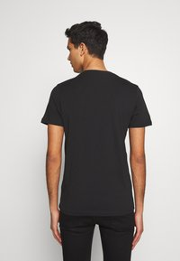 PS Paul Smith - SLIM FIT COFFIN - Triko s potiskem - black