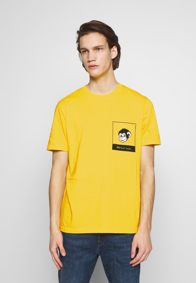 WITH POCKET - T-shirt imprimé - white/yellow