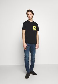 PS Paul Smith - WITH POCKET - T-shirts med print - black - 1