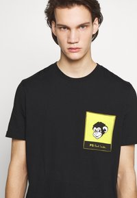 PS Paul Smith - WITH POCKET - T-shirts med print - black - 4