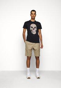 PS Paul Smith - MENS SLIM FIT SKULL - T-shirt con stampa - dark blue - 1
