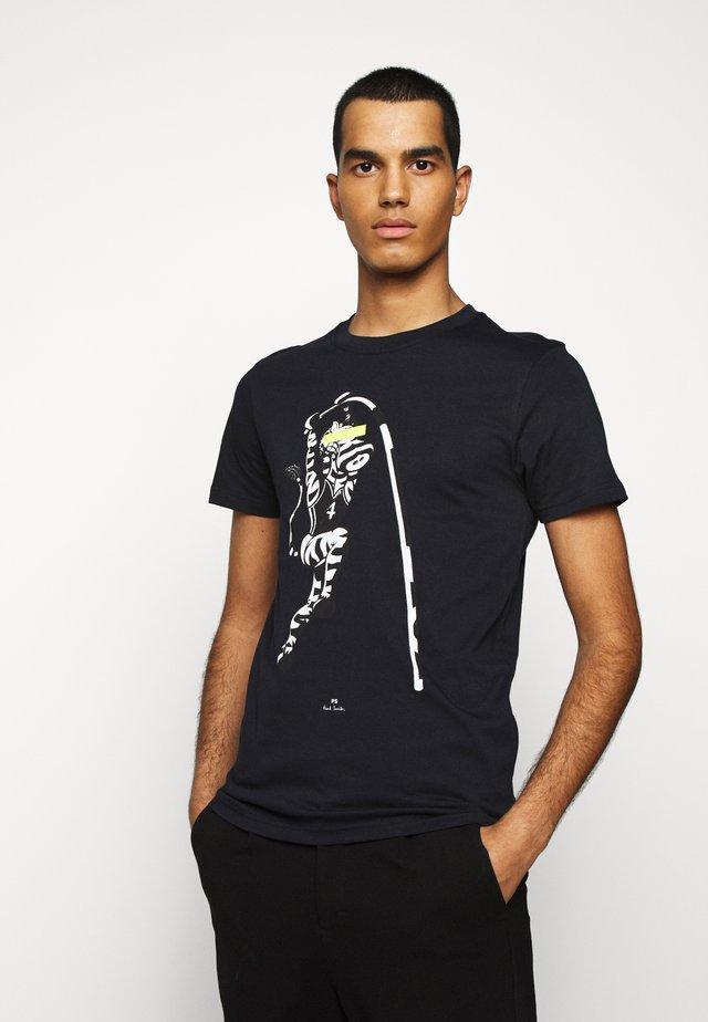 MENS SLIM FIT VAULT ZEBRA - T-shirt z nadrukiem - dark blue