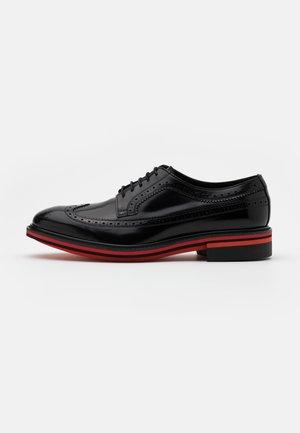 CHASE - Elegantní šněrovací boty - black