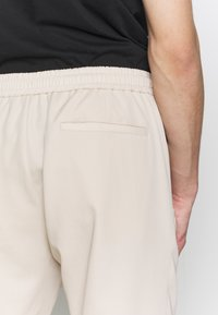 Paul Smith - GENTS DRAWCORD TROUSER - Trousers - beige - 3