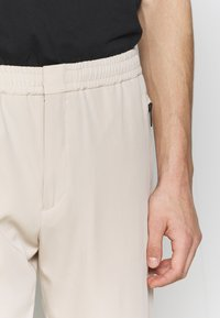 Paul Smith - GENTS DRAWCORD TROUSER - Trousers - beige - 5