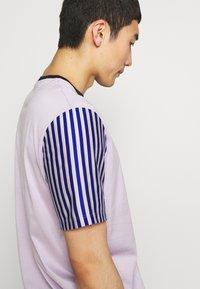 Paul Smith - GENTS OVERSIZE STRIPED SLEEVE - T-shirt imprimé - lila - 5