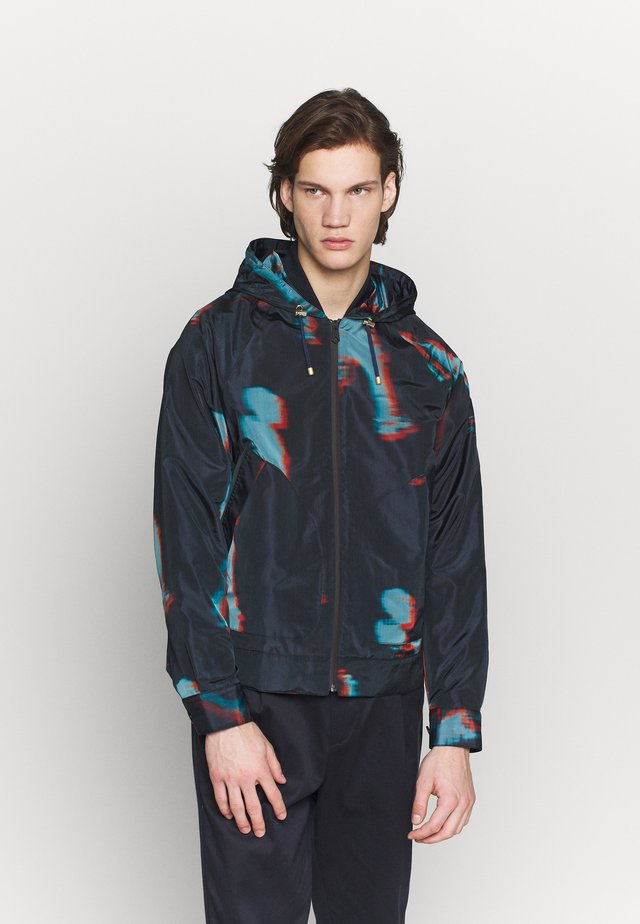 GENTS HOODED JACKET ALLOVER PRINT - Lehká bunda - dark blue
