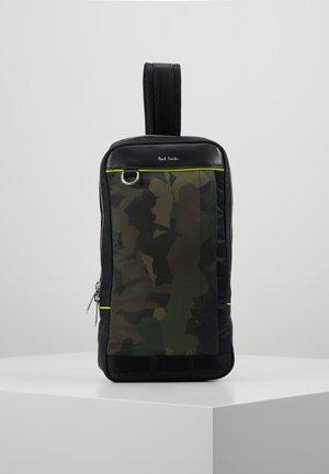 MENS BAG SLING CAMO - Across body bag - green