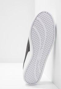 Puma - SMASH - Sneakersy niskie - white/black - 6