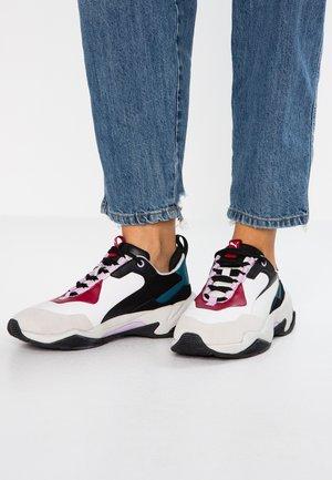 THUNDER RIVE DROITE - Sneakers basse - glacier gray/barbados cherry