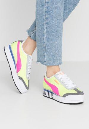 ROMA AMOR LOGO  - Sneakers laag - yellow alert/fluo pink/castlerock
