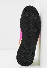 Puma - ROMA AMOR LOGO  - Zapatillas - yellow alert/fluo pink/castlerock - 6
