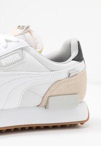 Puma - FUTURE RIDER  - Sneakers laag - white/tapioca/black - 2