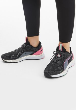 Trainers - black/ignite pink