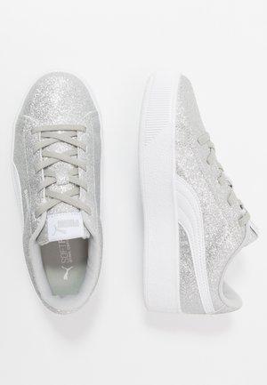 VIKKY PLATFORM GLITZ - Slippers - silver/white/gray violet