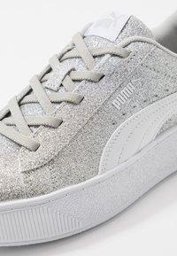 Puma - VIKKY PLATFORM GLITZ - Baskets basses - silver/white/gray violet - 2