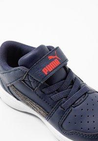 Puma - REBOUND LAYUP - Baskets basses - peacoat/black/high risk red - 2
