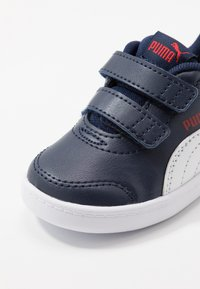 Puma - COURTFLEX  - Baskets basses - peacoat/high risk red