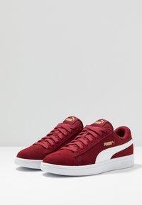 Puma - SMASH V2 - Sneakers laag - rhubarb/team gold/white - 2