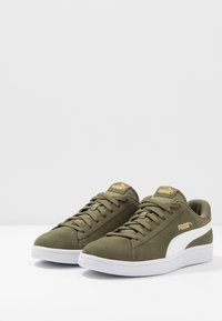 Puma - SMASH V2 - Sneakersy niskie - burnt olive/white/team gold - 2
